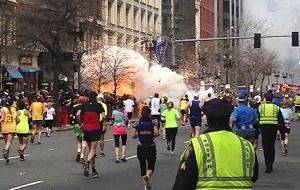 В понедельник, 15 апреля, в американском Бостоне на финише ежегодного марафона взорвались две бомбы. По официальным данным, погибли три человека, в том числе восьмилетний ребенок; более 140 человек пострадали, по меньшей мере 17 из них находятся в критическом состоянии