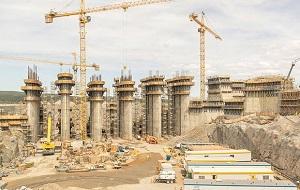 Это целевая программа (крупный инвестиционный проект), содержащая совокупность взаимосвязанных проектов, объединенных общей целью, выделенными ресурсами и отпущенным на их выполнение временем. Мегапроекты характеризуются высокой стоимостью (порядка 1 млрд долларов США и более), трудоемкостью (15—20 млн чел.-ч), длительностью реализации (5—7 и более лет). Мегапроект (в отличие от чисто финансовых инвестиций) имеют целью развитие экономики, создание инфраструктуры (транспортной, социальной), реализацию больших социально-экономических задач, дающих качественно новое развитие территории, страны, региона. Результатом реализации мегапроекта может быть конкретный материальный результат (крупное сооружение (например, Суэцкий канал), крупное научно-техническое достижение (например, высадка человека на Луну, начало серийного производства продукции и др). Реализация мегапроекта оказывает существенное, долгосрочное влияние на развитие общества