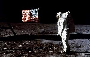 Первый полет на луну совершил пилотируемый космический корабль «Аполло́н-11»,полет состоялся 16—24 июля 1969 года жители Земли впервые в истории совершили посадку на поверхность другого небесного тел — Луны.20 июля 1969 года, командир экипажа Нил Армстронг и пилот Эдвин Олдрин посадили лунный модуль корабля. Астронавты совершили один выход на лунную поверхность, который продолжался 2 часа 31 минуту 40 секунд. Первым человеком, ступившим на Луну, стал Нил Армстронг
