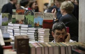При составлении рейтинга Forbes учитывает данные системы Nielsen BookScan о продажах печатных, электронных и аудиокниг, а также доходы писателей от экранизаций. В рейтинге учтены доходы писателей до вычета налогов за период с июня 2014 года до июня 2015 года. Рейтинг был готов до того, как стало известно, что «Пойди поставь сторожа», новый роман автора «Убить пересмешника» Харпер Ли, в первую неделю продаж в Северной Америке был продан тиражом 1,1 млн экземпляров. По данным Forbes, доход Ли с июня 2014 года по июнь 2015-го составил $2,5 млн. Этого оказалось недостаточно для попадания писательницы в рейтинг в 2015 году. В рейтинге с 2014 года не появилось ни одного нового имени. В нашей галерее — 16 самых высокооплачиваемых писателей 2015 года
