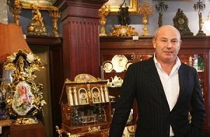 Коллекционер. Один из самых известных московских антикваров. Владелец «Александр Арт галереи», магазина в ТЦ «Базар (Жуковка) и еще двух в «Крокус Сити Молле» и отелле Прага. Обслуживает коллекции картин лидеров Подольской ОПГ