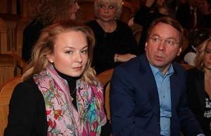 Член попечительского совета Федерации керлинга России, личный стоматолог семьи Путиных