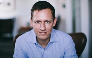 Американский бизнесмен немецкого происхождения, инвестор и управляющий хедж-фондами. Вместе с Максом Левчиным основал платёжную систему PayPal и был её генеральным директором. В 2000-е — 2010-е годы — президент Clarium Capital, хедж-фонда, занимающегося макроинвестированием и имеющий активы стоимостью около $700 млн; управляющий партнер в Founders Fund, венчурного фонда с капиталом $250 млн, который он основал вместе с Кеном Хоури и Люком Нозеком в 2005 году; сооснователь и председатель инвестиционного комитета Mithril Capital Management. Тиль был первым внешним инвестором Facebook, купив в 2004 году 10,2 % его акций за $500 тыс.; по состоянию на 2016 год входит в совет директоров компании.