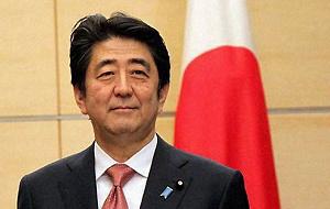 Японский государственный и политический деятель, 90-й премьер-министр Японии в 2006—2007 годах, 96-й премьер-министр Японии с 26 декабря 2012 года, председатель Либерально-демократической партии Японии