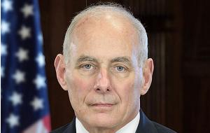 Американский генерал, бывший глава Южного командования США (2012—2016). Министр внутренней безопасности США (с 2017)