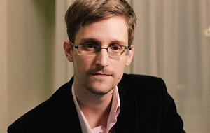 Американский технический специалист и спецагент, бывший сотрудник ЦРУ и Агентства национальной безопасности (АНБ) США. В начале июня 2013 года Сноуден передал газетам The Guardian и The Washington Post секретную информацию АНБ, касающуюся тотальной слежки американских спецслужб за информационными коммуникациями между гражданами многих государств по всему миру при помощи существующих информационных сетей и сетей связи, включая сведения о проекте PRISM, а также X-Keyscore и Tempora