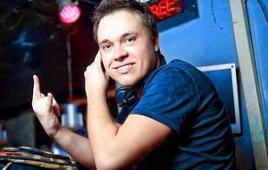 ДиДжей. выступает в клубах под именем DJ Ястреб
