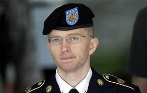 Американский гражданин, в прошлом — военнослужащий армии США. Известность связана с раскрытием большого объёма секретных документов и передаче их WikiLeaks