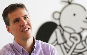 Американский изобретатель игр, карикатурист и детский писатель. Среди его книг — бестселлер «Дневник слабака» (Diary of a Wimpy Kid), имевший несколько продолжений. По мотивам книги в 2010 году был снят одноименный фильм, затем ещё 2 продолжения