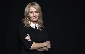 Британская писательница, сценарист и кинопродюсер, наиболее известная как автор серии романов о Гарри Поттере. Книги о Гарри Поттере получили несколько наград и были проданы в количестве более 400 миллионов экземпляров. Они стали самой продаваемой серией книг в истории и основой для серии фильмов, ставшей второй самой кассовой серией фильмов в истории. Джоан Роулинг сама утверждала сценарии фильмов, а также вошла в состав продюсеров последних двух частей
