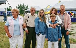 Виктор Штейнберг (отец Антона Малевского, второй слева), Ольга Малевская (мать Антона, слева), Андрей Малевский (брат Антона, справа), Жанна Малевская (вторая справа) с дочерью Никитой и сыном Романом
