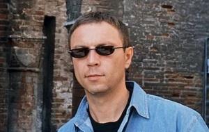 """Русский писатель, автор культовых романов 1990-х годов: «Омон Ра», «Чапаев и Пустота» и «Generation """"П""""». Лауреат многочисленных литературных премий, среди которых «Малый Букер» (1993) и «Национальный бестселлер» (2004)"""