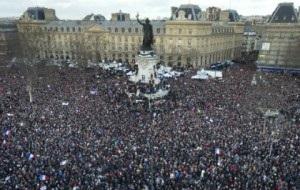 Республиканский марш, который состоялся в Париже. На процессию, посвящённую памяти жертв прошедших на этой неделе терактов, приехали представители около 50 стран, в том числе главы государств и правительств. Марши солидарности прошли не только во Франции, но и в других городах Европы