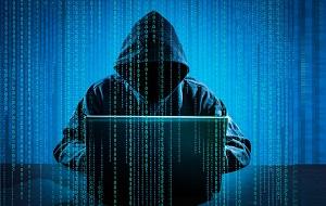 Компьютерный взломщик, программист, намеренно обходящий системы компьютерной безопасности