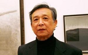 Проживающий в Париже китайский прозаик, новеллист, драматург, критик, переводчик, художник. Лауреат Нобелевской премии по литературе 2000 года «Произведения вселенского значения, отмеченные горечью за положение человека в современном мире»