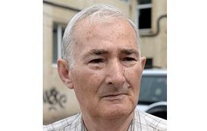 Военный пенсионер, работал учителем в дуба-юртской школе, служил в Главном разведывательном управлении Минобороны РФ