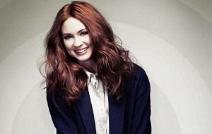 Шотландская актриса. Наиболее известна ролью Эми Понд в телесериале «Доктор Кто» и ролью Небулы в фильмах «Стражи Галактики» и «Стражи Галактики. Часть 2»