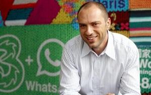 Американский программист и предприниматель еврейского происхождения, эмигрант из Украины, разработчик мессенджера WhatsApp, исполнительный директор Facebook с 2014 года. Обитает в Маунтин-Вью, Калифорния. Состояние на 26 февраля 2014 - 9.8 млрд долларов