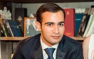 Сын российского бизнесмена, работающий в сфере телекоммуникаций.