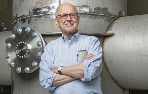 Американский физик, специалист в области лазеров и лазерной интерферометрии. Один из основателей научной коллаборации LIGO, специализирующейся в области регистрации гравитационных волн. В настоящее время эмерит-профессор Массачусетского технологического института. Лауреат Нобелевской премии по физике за 2017 год