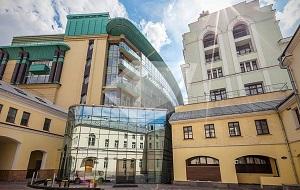 Романов Двор - один из наиболее престижных деловых объектов Центрального административного округа Москвы. Высокий класс «А», респектабельное окружение и непосредственная близость Кремля, создают эксклюзивную атмосферу элитарной непревзойденности.