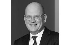 Американский бизнес-исполнитель. В настоящее время он является генеральным директором и председателем General Electric, назначенным в августе 2017 года